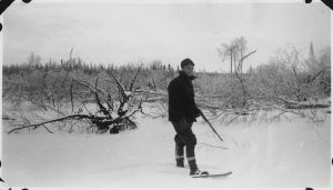 1599px-Man_on_snowshoes,_with_his_rifle._ready_for_the_hunt_-_NARA_-_285719